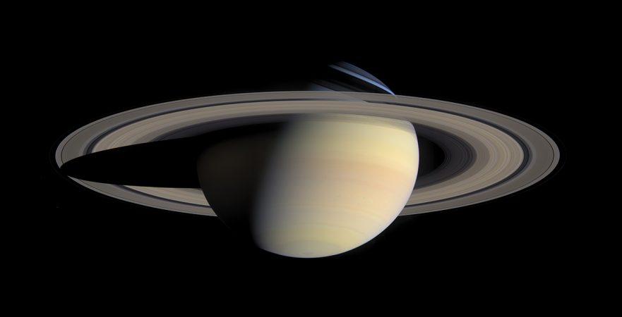 Saturn_from_Cassini_Orbiter_(2004-10-06)_kicsi